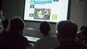 Studierende denken über das Golem.de.-Design nach.