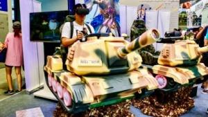 Spieler mit VR-Headset auf der China Joy am Stand von Intel.