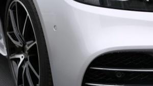 Mit ihren Ultraschallsensoren soll die neue S-Klasse freie Parkplätze detektieren.