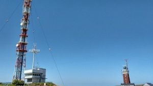 Richtfunkanlage, Radarüberwachung und Leuchtturm auf Helgoland.