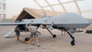 Eine Predator-Drohne wird mit einer Hellfire-Rakete bewaffnet (Symbolbild): Drohnen werden heute von Menschen gesteuert