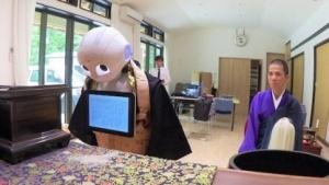Pepper im festlichen Gewand: Der humanoide Roboter soll Sutren und Mantras von vier buddhistischen Sekten rezitieren.