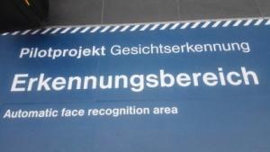 Hinweis im Bahnhof Südkreuz auf das Pilotprojekt zur Gesichtserkennung