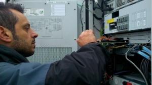Techniker der Telefónica beim Austausch des LTE-Baseband-Boards