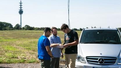 Jens Klinger (Mitte) mit Kollegen bei der Vorbereitung der Messungen
