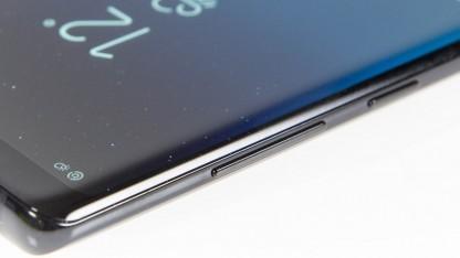 Rechts im Bild: der Bixby-Button beim Galaxy Note 8