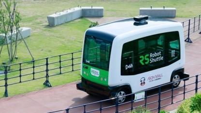 Fahrerloser Bus Robot Shuttle für die älteren Bewohner einer Kleinstadt in Japan, wo ein Drittel der Einwohner über 65 Jahre alt ist