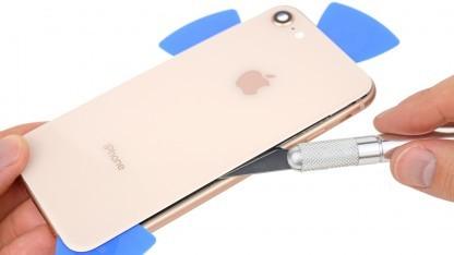 Die Entfernung der Glasrückseite des iPhone 8 erfordert etwas Aufwand.