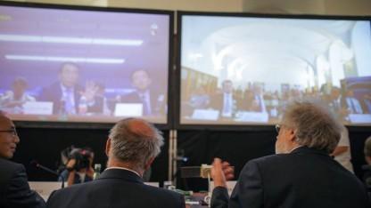 Österreichische Wissenschaftler bei der Videokonferenz mit chinesischen Kollegen: Lauschen fällt auf.