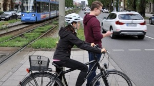 Fußgänger  und Radfahrer: lieber die Autofahrer vor den Fußgängern warnen als umgekehrt