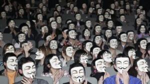 Menschen mit Masken.