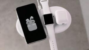 Laden von Apple-Geräten mittels Induktionsmatte (Bild: Apple/Screenshot: Golem.de), Induktion