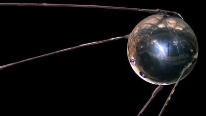 Nachbildung des Satelliten Sputnik 1 im National Air and Space Museum in Washington: die Erde 1.440-mal umrundet