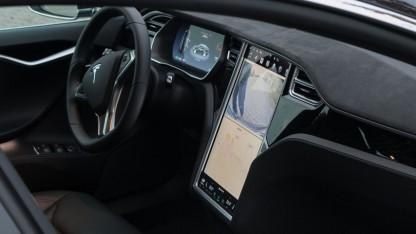 Cockpit des Tesla Model S mit großem Display: Systeme, die visuell und mental nicht anspruchsvoll sind