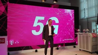 Technikchef Bruno Jacobfeuerborn bei der 5G-Anwendung