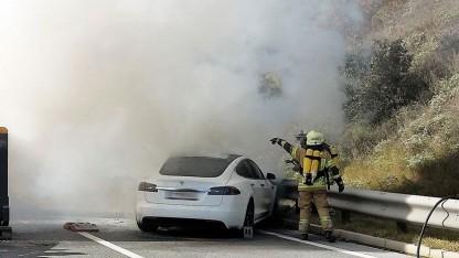 Tesla brennt nach Unfall völlig aus