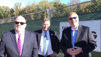 Marylands Gouverneur Larry Hogan (links) vor dem Baugelände von The Boring Company: Macht euch bereit!