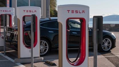 Tesla-Supercharger (Symbolbild): Zugangscode zur Raststätte auf dem Auto-Display