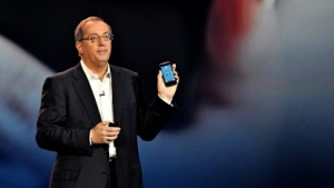 Paul Otellini mit Atom-Smartphone