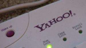 Eine Tastatur mit Yahoo-Logo.