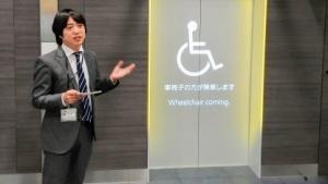 Das Beamer-System von Mitsubishi Electric , genutzt auf einer Fahrstuhltür
