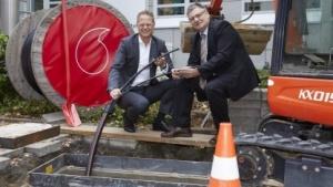 Vodafone: Netzausbau im Gewerbegebiet (von links nach rechts): Alexander Saul, Firmenkundenchef Vodafone Deutschland und Rainer Dzaack, Chef der Pape+Rohde Büroeinrichtungen