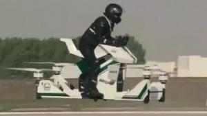 Polizsit auf einem Hoverbike: Mischung aus Motorrad und Quadrocopter