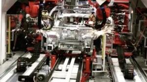 Schweißarbeiten an der Tesla-3-Karosserie