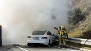 Brennender Tesla: mehr als 11.000 Liter Wasser Löschwasser erforderlich