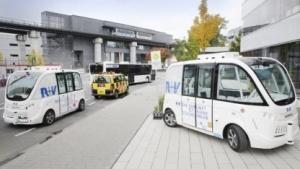 Hochautomatisierter Kleinbus auf dem Gelände des Flughafens Frankfurt