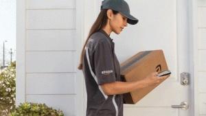 Key öffnet Paketboten die Tür der Kunden.