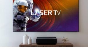 Der Laser TV projiziert ein Bild auf eine 100-Zoll-Leinwand.