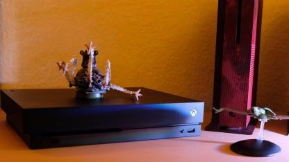 Die Xbox One X neben der Xbox One S