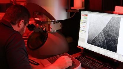 Einer der Wissenschaftler kontrolliert ein gedrucktes Werkstück.