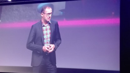 Telekom-Technikchef Bruno Jacobfeuerborn auf dem Big Screen in London