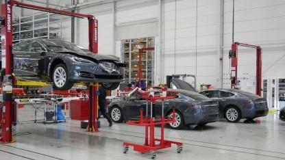 Tesla-Montage in Tilburg: Fast jeder Arbeitsschritt umfasst Handarbeit.