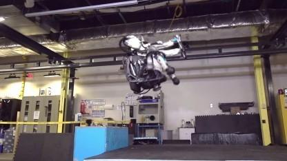Atlas: Humanoider Roboter steht den Rückwärtssalto