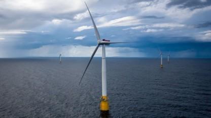 Schwimmender Offshore-Windpark Hywind Scotland: Riesenkranschiff montierte Windräder.