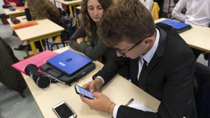 Diese Schule ist bei der Smartphonenutzung offensichtlich liberaler als Bayern.