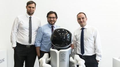 Das ausgezeichnete Team mit seinem Roboter: keine Zäune zwischen Mensch und Roboter