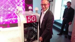 Telekom-Technikchef Bruno Jacobfeuerborn mit einem 5G-Smartphone
