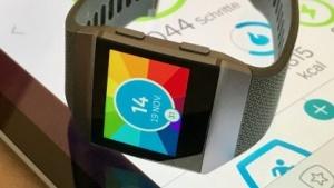 Die Fitbit Ionic hat ein relativ großes Display mit kräftigen Farben.