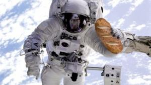 Astronaut mit Brotlaib (Montage): Deutsche Brotkultur soll ins All.