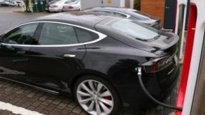 Ein Tesla an einem Supercharger
