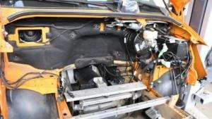 Gähnende Leere: ein Mercedes-Sprinter mit entkerntem Motorraum