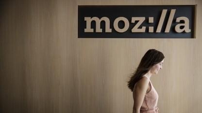 Passantin vor einem Mozilla-Logo