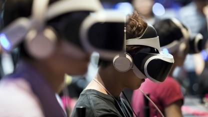 Spieler mit Playstation VR auf der Tokio Game Show 2017
