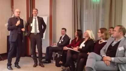 Der Telekom-Chef (links) spricht vor Stadtnetzbetreibern. Neben ihm steht Johannes Pruchnow, Vorstandsbeauftragter für Breitbandkooperation des Konzerns.