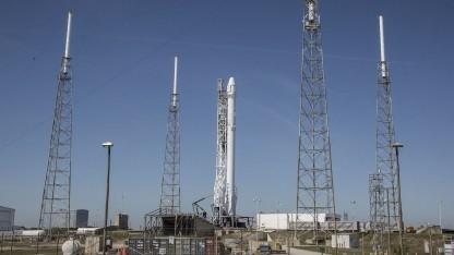 Falcon 9 mit Dragon auf der Startrampe (Symbolbild): Die Dragon-Kapsel ist seit 2015 im Einsatz.