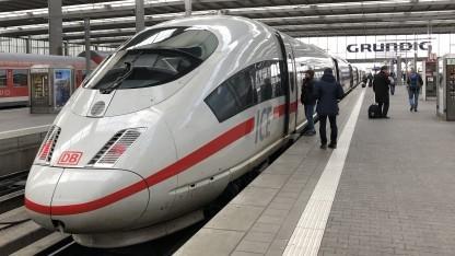 Wir fahren mit dem ICE von München nun besonders schnell nach Berlin.